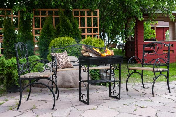 Комплект кованой мебели, дополненный мангалом, - отличный выбор для душевных дачных посиделок