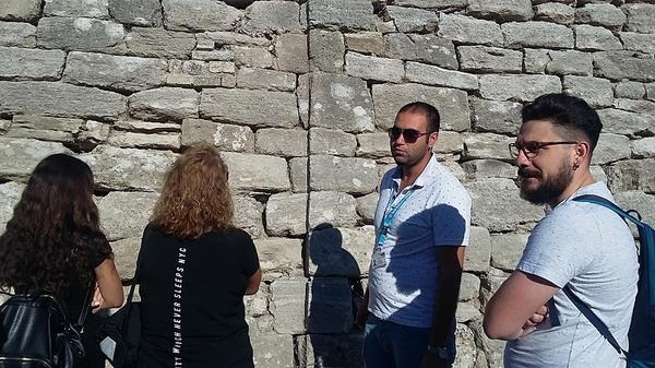 Наш экскурсовод Юсуф  увлеченно и интересно рассказывал о строении труднопробиваемых стен Трои