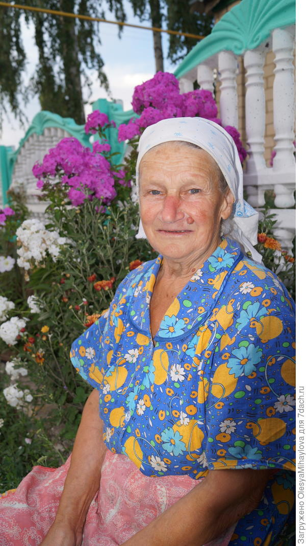 Бабуля у своего палисадника