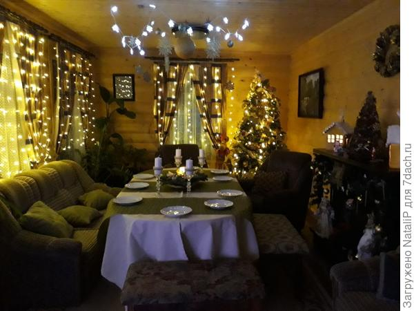 Эта гостиная в нашем доме. Украшена к новому году.