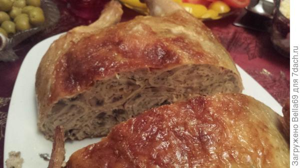 Курица,фаршированная блинами.Начинка: жаренные грибы и тертый сыр.