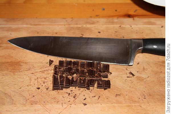 Нарежьте шоколад кусочками средней величины