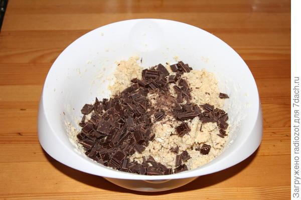 Добавьте в тесто кусочки шоколада