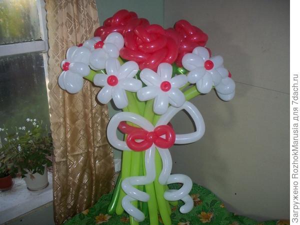 Розы в ромашках из воздушных шаров