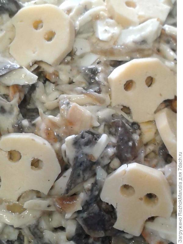 Черепа из сыра на салате