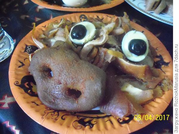 """Закуска  """"свиные шкурки"""" украшена копчёным свиным пятачком"""