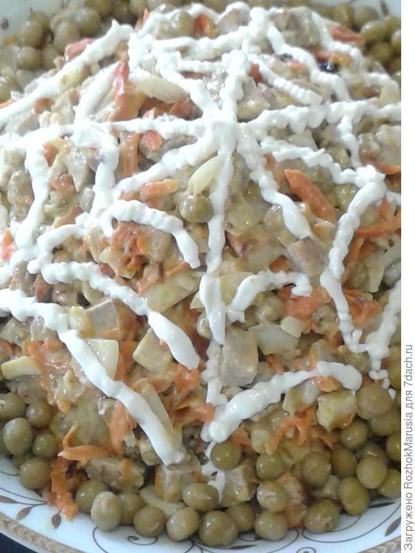 Обычный салат украшен паутинкой из майонеза