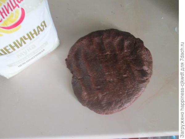 Добавить сливочное масло, нарезанное кубиками и яйцо. Замесить тесто, обернуть пищевой пленкой и убрать на холод на полчаса.