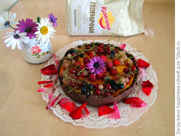 Выпекать в заранее разогретой до 200 градусов духовке около 40-45 минут.  Готовый пирог чуть остудить, украсить ягодами! Всем приятного чаепития и отличного настроения!