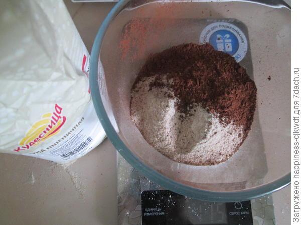 Перемешать какао-порошок, муку и сахарную пудру.