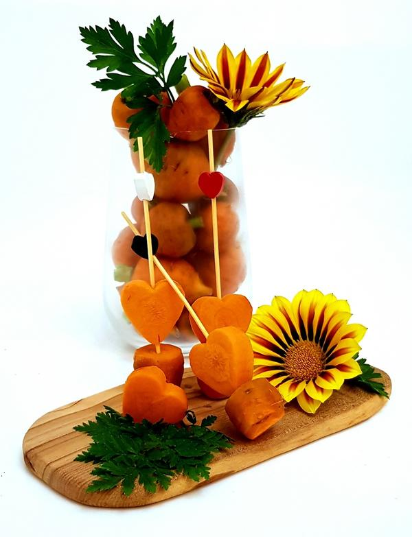 Как выяснилось, «Парижская каротель» – идеальная коктейльная морковка. Подойдет не только для легкого и простого блюда французской кухни «крюдите» (овощная закуска из очищенных и нарезанных сырых овощей,  которую чаще всего готовят на разные приемы и вечеринки).