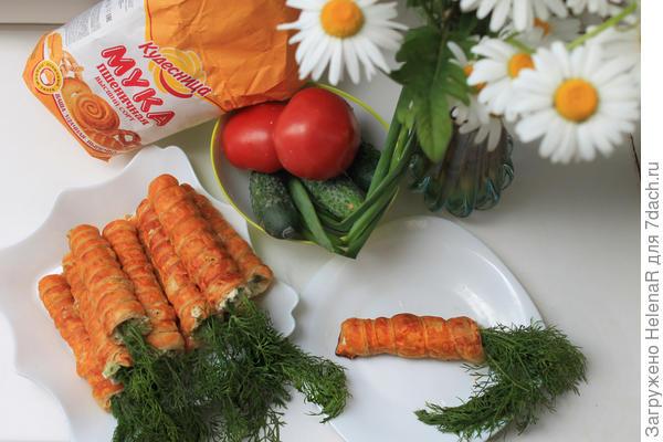 """Закусочные """"морковки"""" из слоеного теста с салатом внутри"""