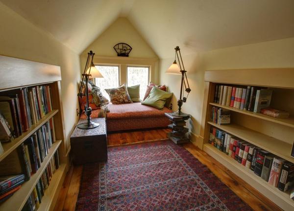Домашняя библиотека на чердаке (фото с сайта mtdata.ru)