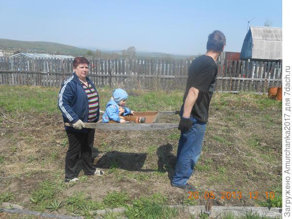бабушка с дедушкой прЫнца везут))
