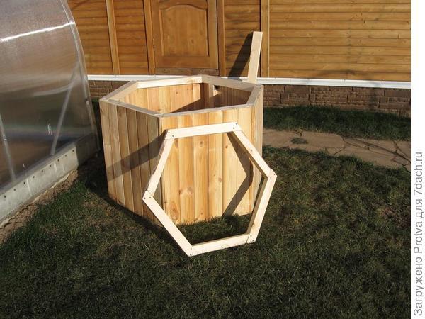Первым делом изготовил нижнюю часть. Рядом стоит шестигранник - это нижняя деталь средней части мельницы.
