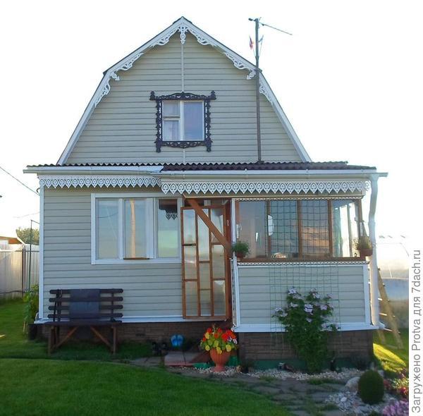 Украсил фронтон домика, сделал наличник на окно мансарды и кружева по краю крыши.