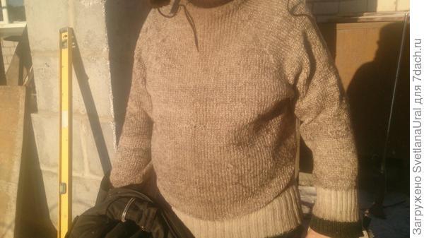 Муж на стройке теплицы в старом свитере.