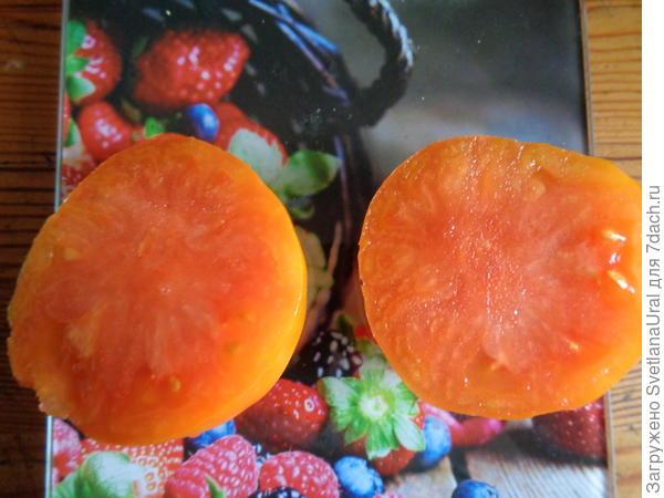 Спелые плоды на разрезе оранжевого цвета