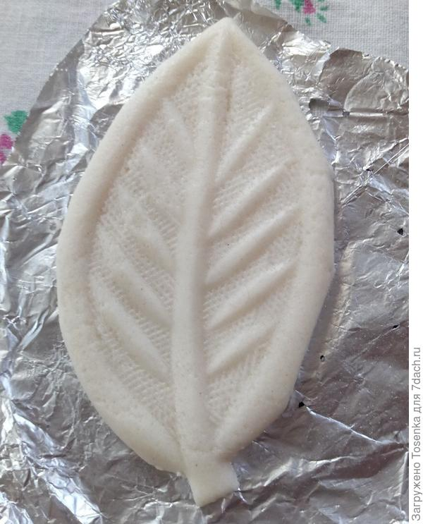 Оттиск листика (лишнее тесто обрезала)