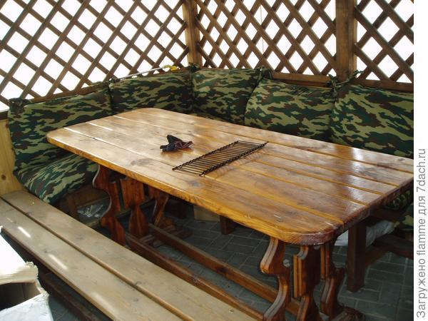 Стол со скамейками тоже самодельные
