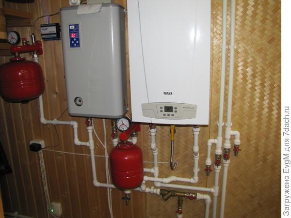 комбинированное отопление: днём - газовый котёл, ночью, на дешевом эл-ве электрокотёл.