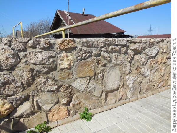 Вот такую стену они сотворили для автостоянки! К сожалению, не нашла фото дорожек вокруг дома - они такого же типа, ФУНДАМЕНТАЛЬНЫЕ!