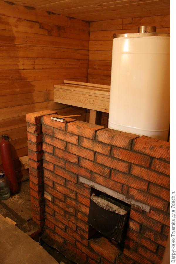 Печка установлена , строим стену из кирпича разделяющую мойку и парилку.