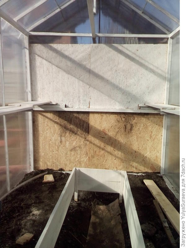 Задняя стенка из OSB листа, по бокам полки на высоте около 1,10 м
