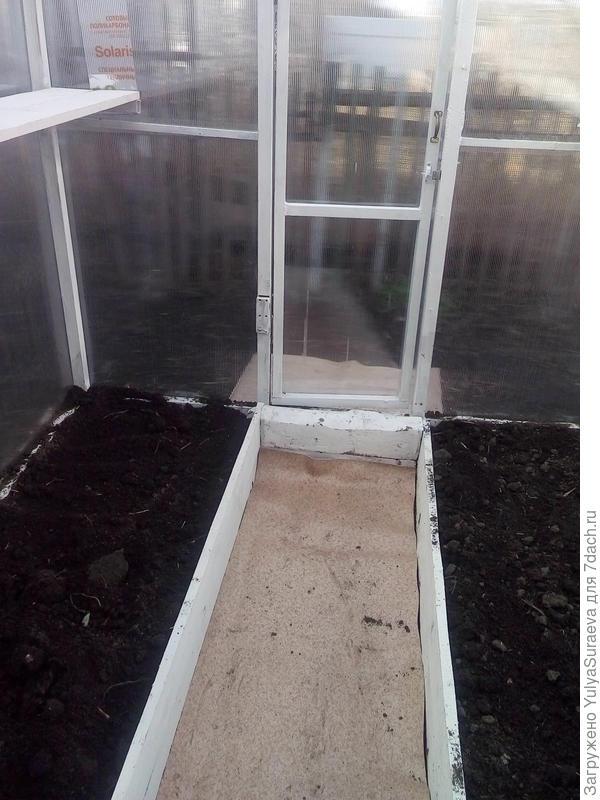 Вот установили внутренний короб, на промежуток постелили кусок линолеума - остаток от ремонта - блокировщик сорняка