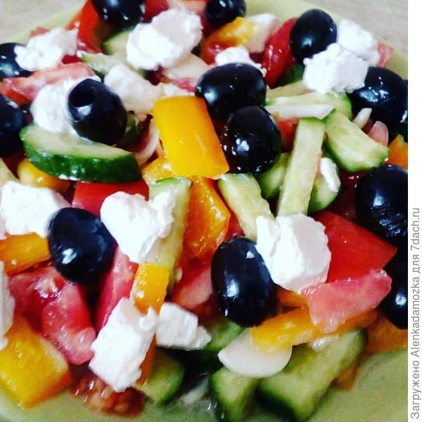 """Салат""""Греческий"""". Помидоры,огурцы,сладкий перец,лук нарезать крупно.Сыр """"Фета""""-кубиками,добавить маслины. Посолить,поперчить и заправить оливковым маслом."""