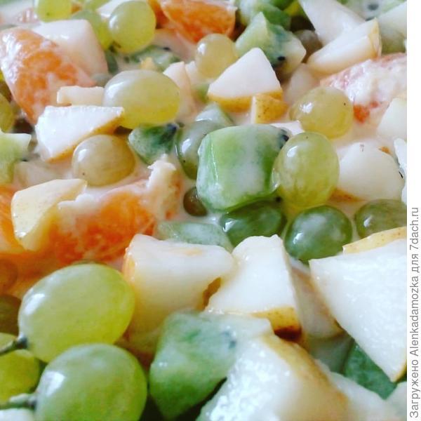 Фруктовый салат. Мандарины,груши,киви нарезать кубиками,виноград.Заправить йогуртом.