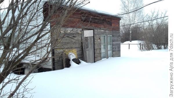 Летняя кухня тоже занесена снегом