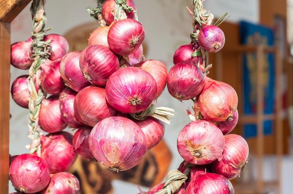Заплетенные в косу луковицы будут украшать вашу кухню до весны