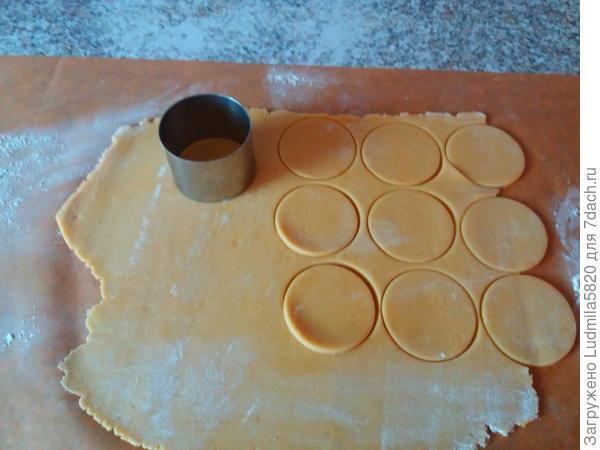 Раскатываем тесто на заранее приготовленном пергаменте и вырубкой( стаканом) вырезам из теста круги.