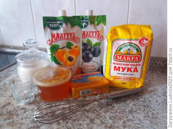 Состав пирожного очень прост.Мука,мед, сахар,соль, сахар, сода,ваниль, сливочное масло- это набор ингридиентов для теста, на выпечку коржей.