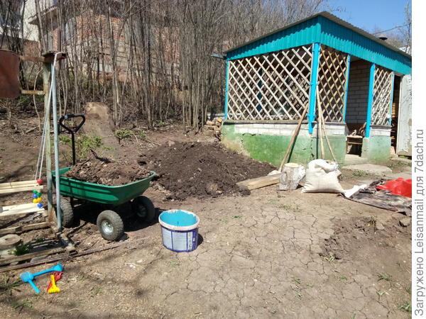 Убрала доски, профнастил, выкопала яму