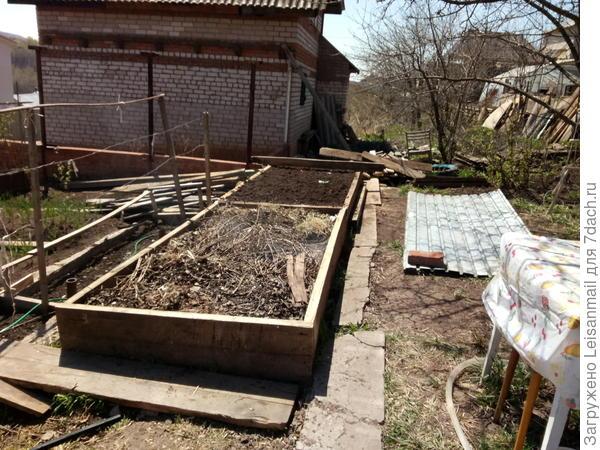 Ватин уложили, заполнили короба органическим мусором, один успели засыпать землей, землю взяли из выкопанной для компоста ямы