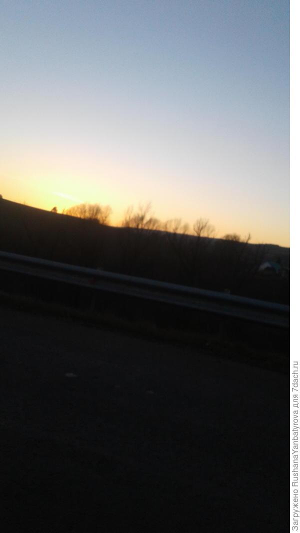 колесом за сини горы солнце тихое скатилось..