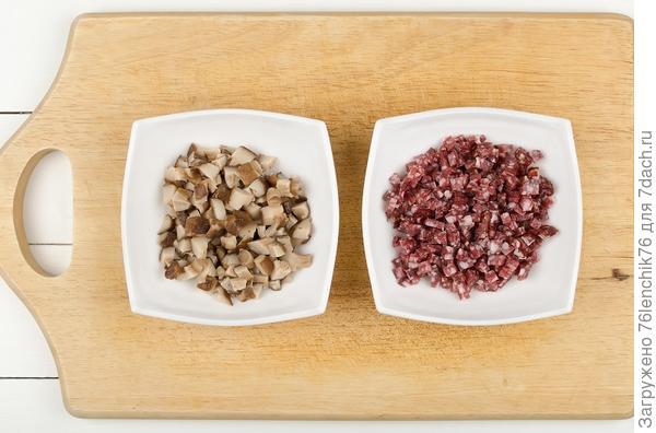 Нарезанные грибы и колбаса