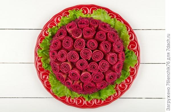 Украшение салата розами из блинов