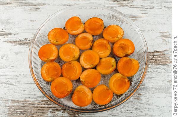 Выложите на дно формы половинки фруктов