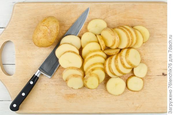 Нарежьте картофель кружочками