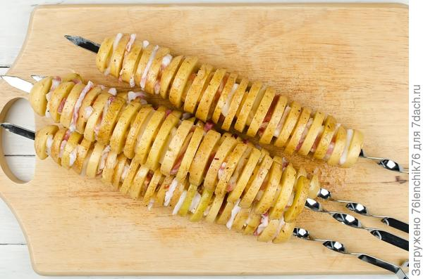 Поочередно нанизывайте на шампуры картофель и сало