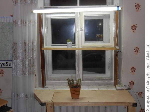 Доп. стол у окна с подсветкой.