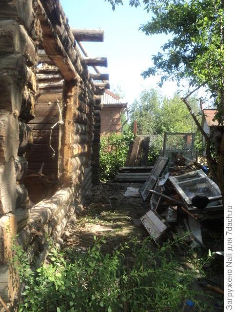 Начало! Под обшивкой дома бревна оказались довольно крепкие, и мы сначала хотели сделать реконструкцию и оставить дом деревянным.