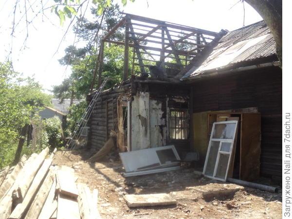 На этой фотографии видна соседская часть дома ( на переднем плане)