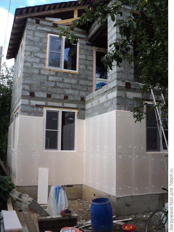 Стройку начали в мае. В сентябре дом имел уже такой вид.