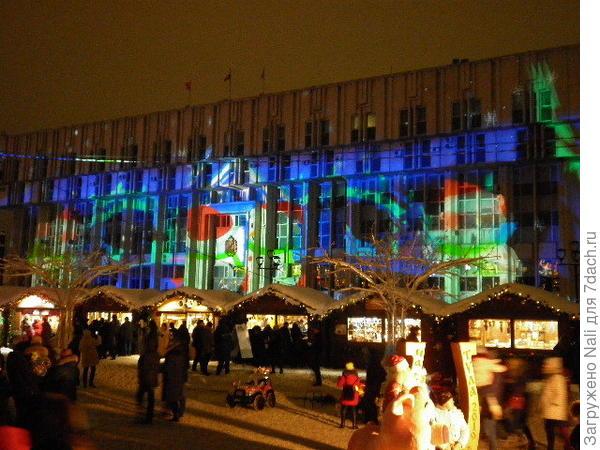 Здание областной администрации служило своеобразным экраном для показа мультфильмов и красивых видео.
