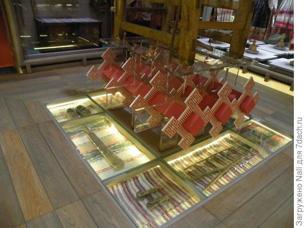Экспонаты располагаются даже в полу, под стеклом