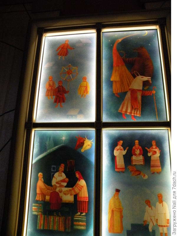 На стенах - красочные картины на темы православных праздников (гадания, святки, обряды)